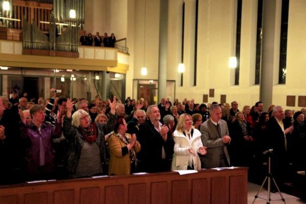 Am Schluss gab es für das Publikum kein Halten mehr - Alle standen auf uns sangen mit