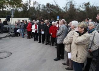 Teilnehmer bei der Gedenkfeier für die Betroffenen den Gasunglückes