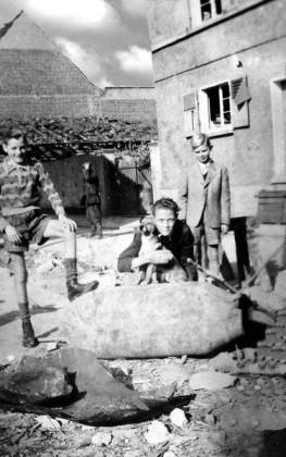 Oppau 1944 Gabelsbergerstr. Bäckerei Strickler. 'Spielen mit Bombe'