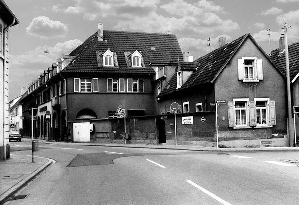 OR: Oppau vor 1976 Edigheimer-Rhein-Str. Heute Apotheke und Ärtzehaus