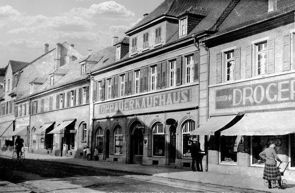 OR: Oppau um 1920 Rusten-Str. (Edigheimer-Str.). Erstes Oppauer Kaufhaus.