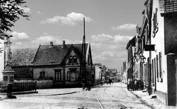 OR: Oppau um 1910 Edigheimer-Str. Links: Kriegerdenkmal,