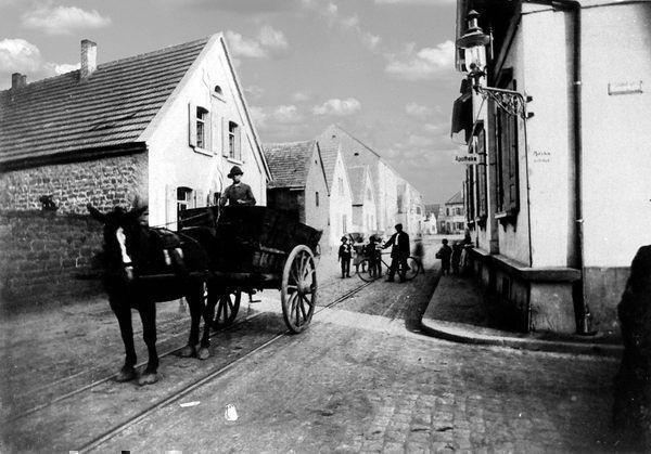 OR: Oppau um 1910 Edigheimer-/Bismarck-Str. (August-Bebel-Str.), erste Apotheke.