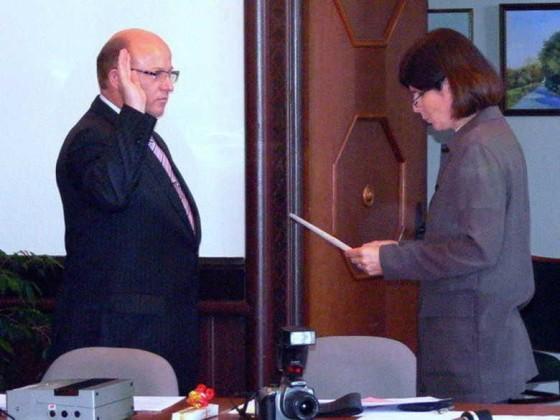 "Ortsbeirat 8.7.2009. Uwe Köppel leistet den Amtseid ""Zum Wohle der Bürger"""