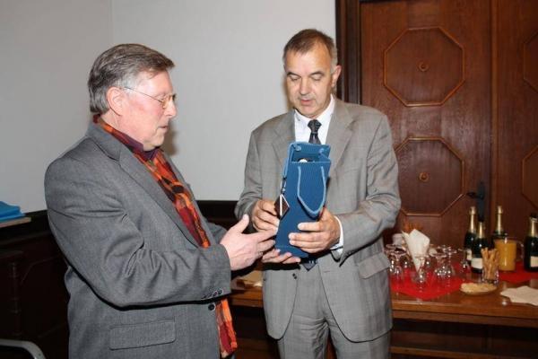 Udo Scheuermann überreicht ein Geschenk