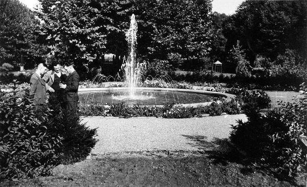 PA: Oppau 1925. Park mit Springbrunnen.