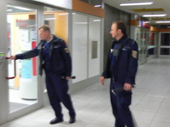 Fußstreife im Einkaufszentrum in der Pfingstweide. Sind alle Türen geschlossen?