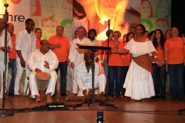 """Der französische Gospelchor """"Limye A"""" aus Liancourt-Mogneville unter der Leitung von Sylviane Belgarde gemeinsam mit dem JungenChor TakeFour."""