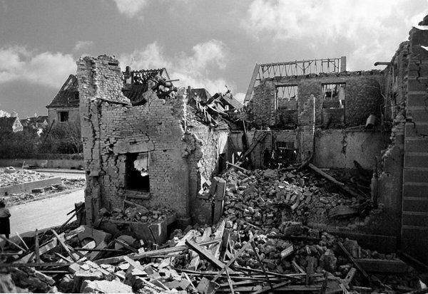 Oppau 18.8.1944 Weiherhof (städtische Anwesen) nach dem Luftangriff