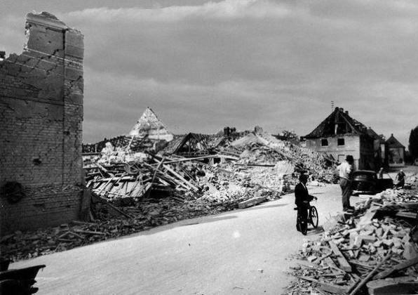 Oppau 18.8.1944 Weiherhof 22 und 24 (städt. Anwesen) nach dem Luftangriff