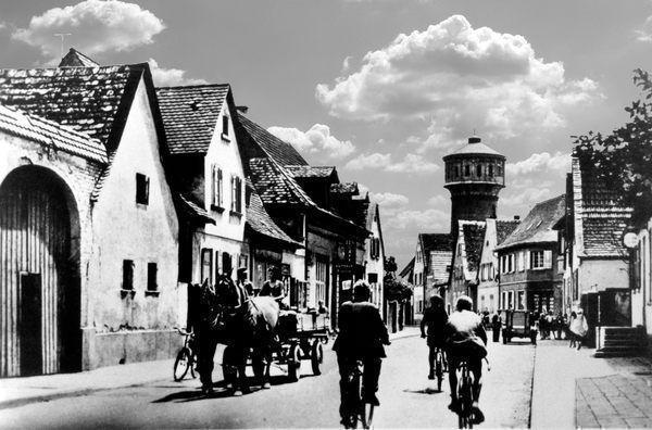 WT: Edigheim um 1920 Frankenthaler-Str. mit Wasserturm.