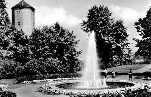WT: Oppau 1925 Rhein-Str., Park, Wasserturm. und Springbrunnen.