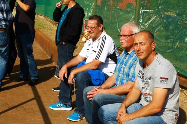 Beobachten die Spiele: 1. Vorsitzender Großholz (m) und Mitglieder