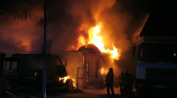 Lagerhalle und vier Autos abgebrannt