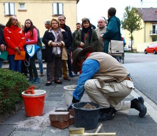 Gunter Demnig bei der Verlegung des Stolpersteines