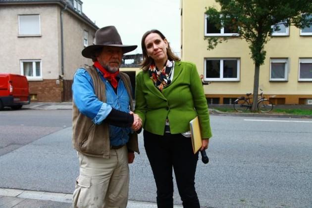 Monika Kleinschnitger und der Stolpersteinkünstler Gunter demnig