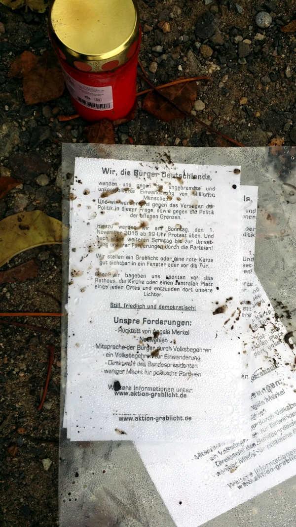 Zettel mit den Forderungen der Aktion Grablicht