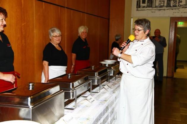 Die Köchin Anita Schmidt erklärt die Speisenfolge
