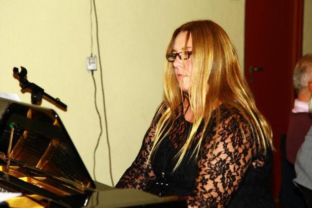 Liederkranz-Chorleiterin Maria Mattern singt mit den Gästen