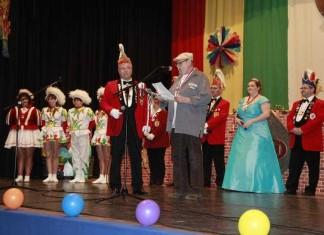 Präsident Uwe Geissendörfer mit Hans Klanig, Elferrat und Prinzessin Sybille I. vom KVL