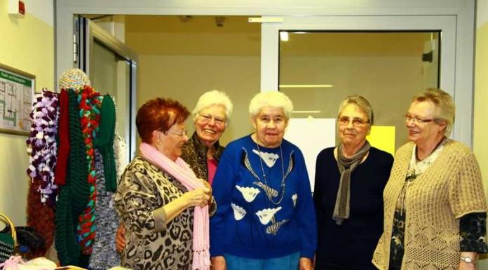 Lore Frech (l) mit ihrer Bastel- und Handarbeitsgruppe