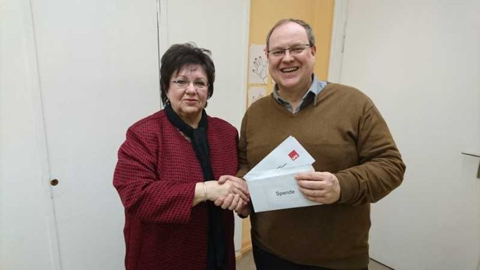 Spendenübergabe Ingrid Reske und Pfarrer Stefan Bauer