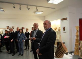 Ausstellungseröffnung Werke von Erhard Seiler Vordergrunmd Rolf Schröder Vorsitzender des Fördervereins. Dahinter der Künstler Erhard Seiler.