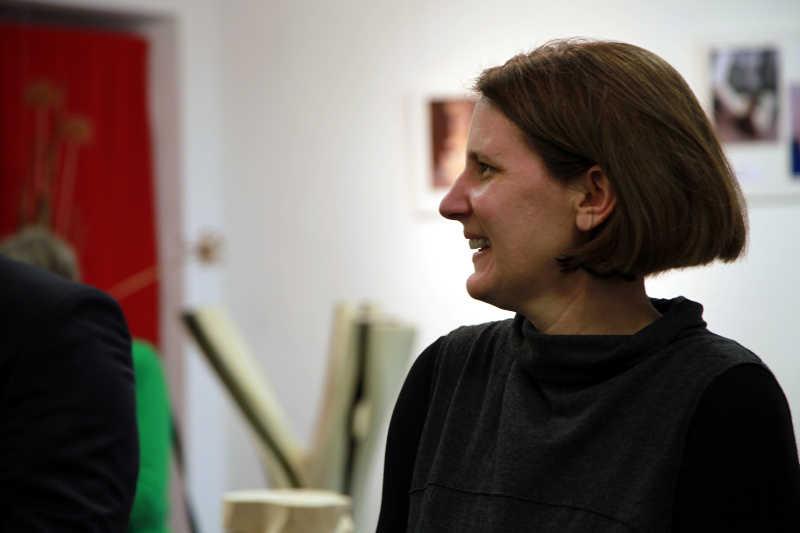 Dr. Kristina Hoge von der Galerie P13 in Heidelberg hält die Laudatio