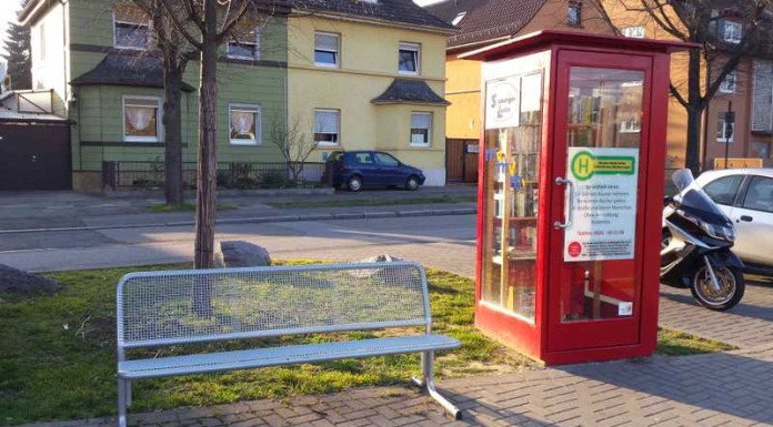 Öffentliches Bücherregal an der Endstelle der Straßenbahn