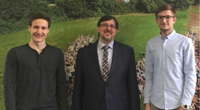 Christof Jugel (l) und Simon Rapp (r) mit Schulleiter Andreas Klaes