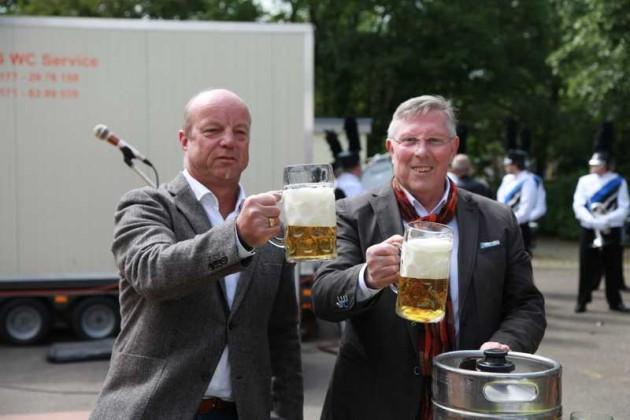 Ein Prost auf die Pfingstweidekerwe Tom Röhr und Udo Scheuermann. 15.Mai 2016.