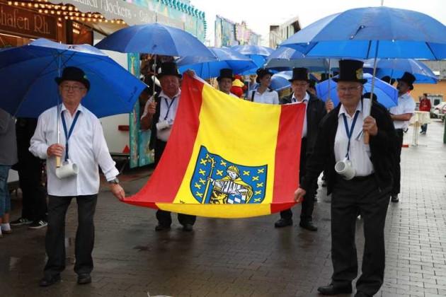 Marsch mit der Fahne um den Kerweplatz