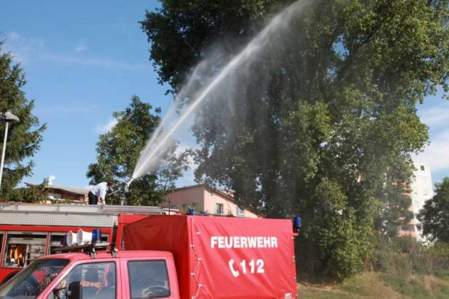 """Die Freiwillige Feuerwehr Oppau beim """"Bäume-gießen"""""""