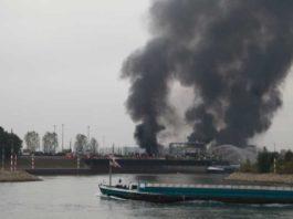 Rohrtrasse im Landeshafen brennt