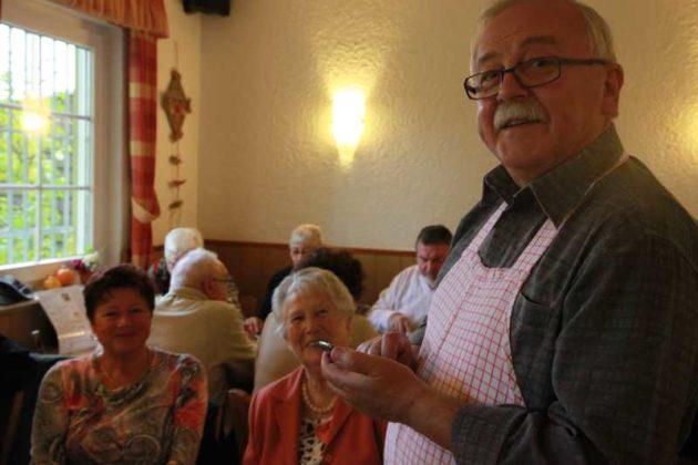 Reinhard Reeb mit Besuchern