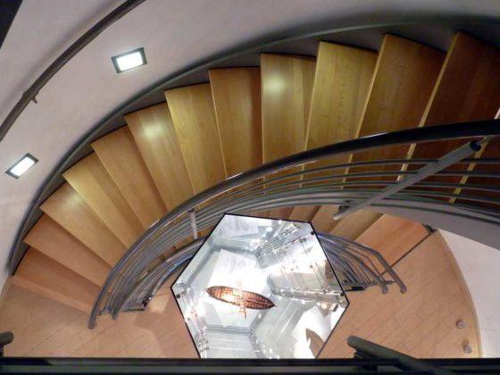 Austellungsvitrinen im Aufgang des Turms
