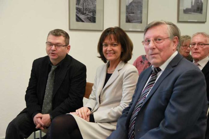 Dr. Klaus J. Becker Stadtarchiv, OB Dr. Eva Lohse, Ortsvorsteher Udo Scheuermann