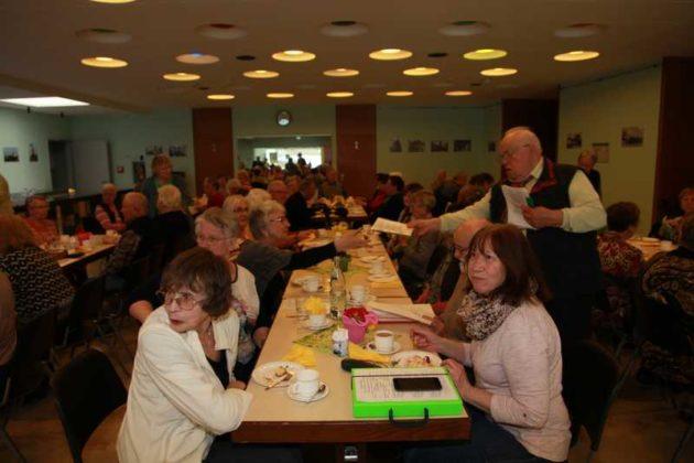 Senioren beim gemütlichen Feiern