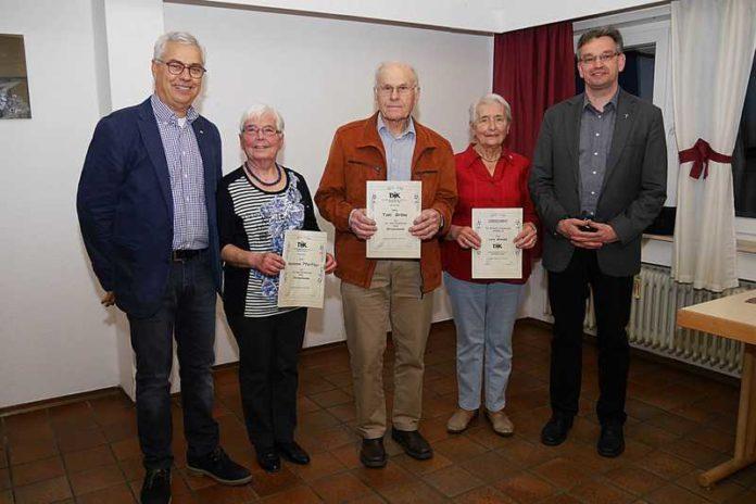 Geehrte Mitglieder – v.l. 1. Vorsitzender Joannis Chorosis, Marianne Pfeiffer, Toni Gröne, Lore Wendel, Pfarrer Christian Eiswirth