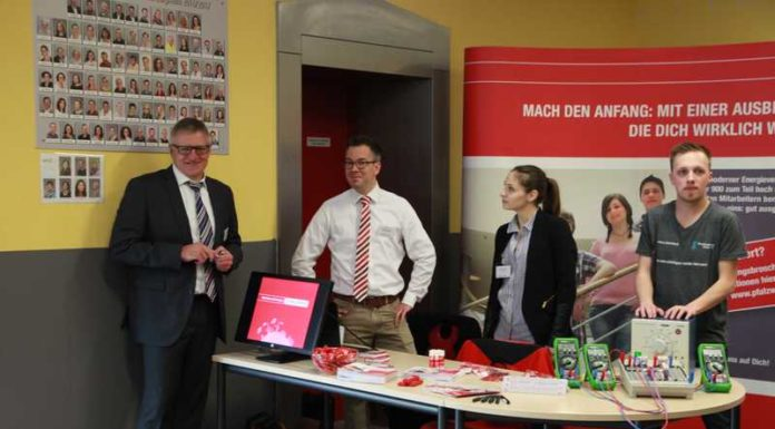 IGS-Direktor Rainer Fischer (l) an einem Aussteller-Stand