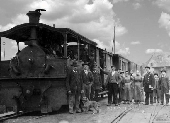 Friesenheim 15.10.1890 Vermutlich der Eröffnungszug in Friesenheim. Die an diesem Tag eröffnete Strecke ging von Frankenthal über Ludwigshafen nach Dannstadt. 1891 ging die Fortsetzung Frankenthal-Großkarlbach (über Dirmstein) in Betrieb, 1911 verlängerte man den Nordteil von Dannstadt nach Meckenheim.