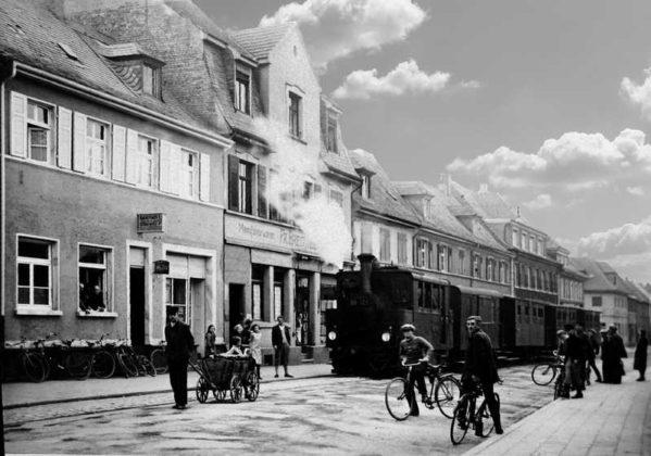 Oppau 7.10.1933. Lok 99 101 mit ihrem Zug am letzten Betriebstag 7.10.1933 am Haus Brechtel. 49.520419, 8.405618