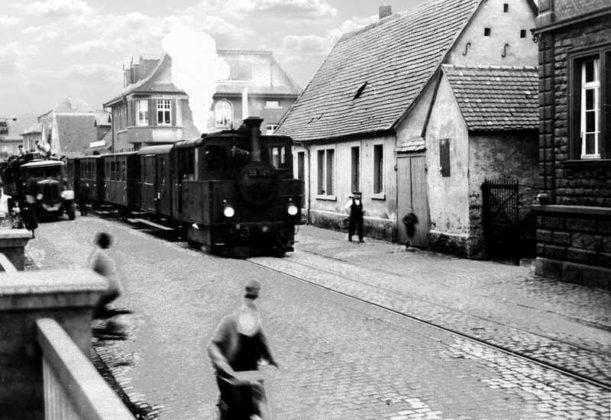 Edigheim um 1920 Lok 99 101 Oppauer-Straße Ecke Dalberg-Straße (heute Bgm. Fries-Strasse), Lokalbahnhaltestelle Gögelsche Schmiede, gegenüber dem prot. Pfarrhaus 49.520419, 8.405618