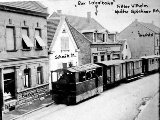 Alt-Oppau um 1912 Lok L1 im Ursprungszustand ohne Verglasung am Haltepunkt Oppau Edigheimer-Straße, mit handschriftlichen Vermerken über die Hausbesitzer. Fahrtrichtung Edigheim. 49.520409, 8.405604