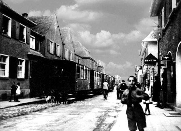 Oppau 7.10.1933 Letzter Betriebstag. Lokalbahn in der Edigheimer-Strasse vor Fotogeschäft Bergheim.