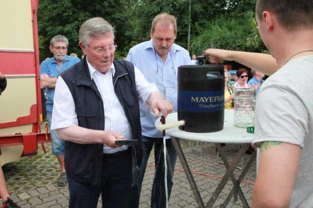 Ortsvorsteher Udo Scheuermann, Marktmeister Bauer. Bieranstich.