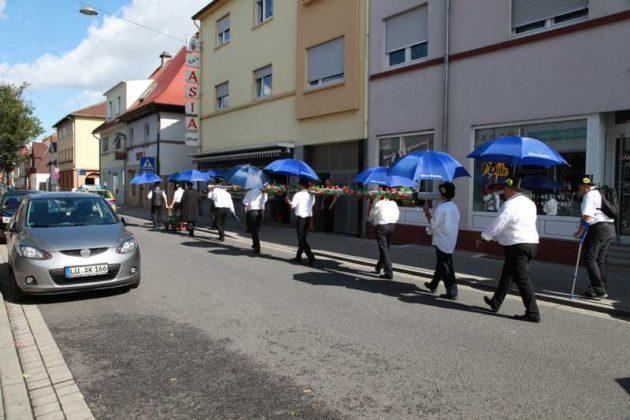 Unter polizeibegleitung und mit großen Schritten durch die Edigheimerstraße