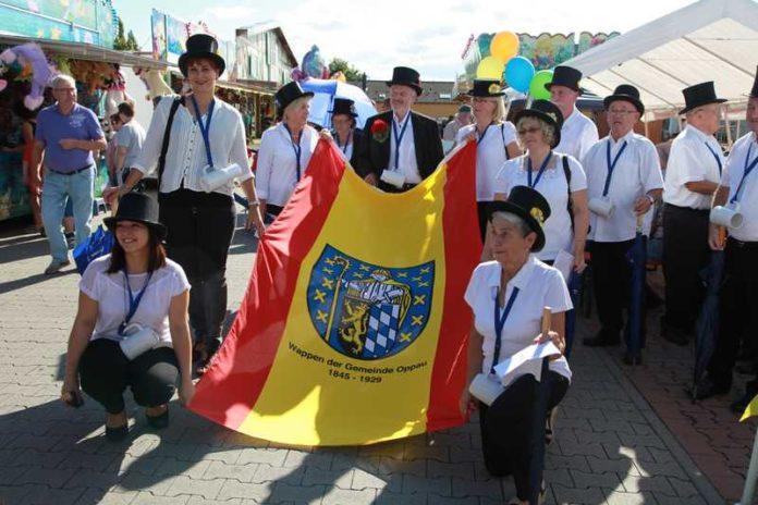 Die Kerwemädels tragen stolz die Oppauer Fahne auf dem Kerweplatz