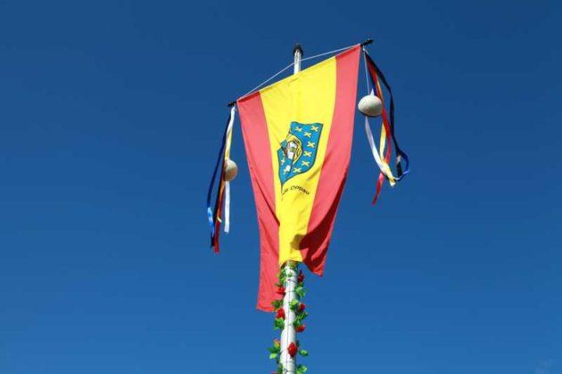 Die Fahne wird hochgezogen und flattert wieder im Wind.