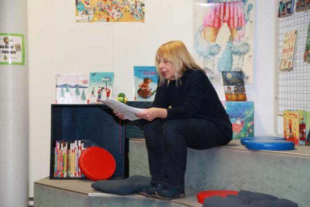 Christine Volanakis von der Stadtteil-Bibliothek liest passende Texte zum Anlass.